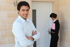 Immobilienmakler, der Eigentum zeigt Lizenzfreies Stockfoto
