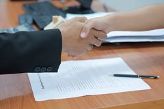 Immobilienmakler, der Hände mit Kunden nach Wohnungsbaudarlehen-Vertragsunterzeichnung der Zeichen rüttelt lizenzfreies stockbild