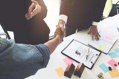 Immobilienmakler, der Hände mit seinem Kunden nach Vertragszeichen rüttelt lizenzfreie stockfotos
