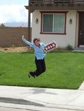 Immobilienmakler, der - nach Hause verkauft springt! Lizenzfreie Stockfotos