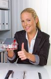 Immobilienmakler in ihrem Büro Lizenzfreie Stockfotos