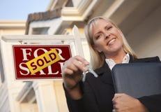 Immobilienmakler, Tasten vor Zeichen und Haus Stockfotos
