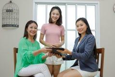 Immobilienmaklerabschluß ein Vertrag Asiatische Familie, die neues Haus, busi kauft stockbilder