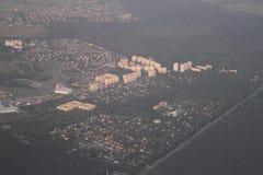 Immobiliers d'une vue de primevère farineuse Développement privé de cottages des bâtiments à plusiers étages, Kiev, Ukraine, 09 0 Photos libres de droits