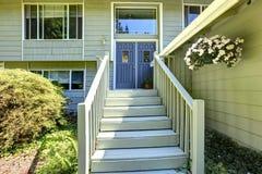Immobiliers de campagne Grande maison avec la plate-forme d'entrée Image stock