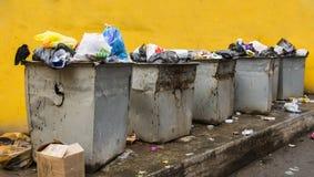 Immondizia abbandonata sulle vie Fotografie Stock Libere da Diritti
