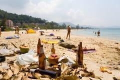 Immondizia che si trova sulla spiaggia immagini stock