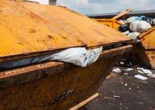 Immondizia in latta gialla del camion immagini stock libere da diritti