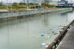 Immondizia nell'acqua Ecologia difettosa Città del fiume Fotografia Stock