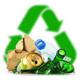 Immondizia riciclabile che consiste del metallo e della carta di plastica di vetro Fotografia Stock