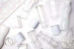 Immondizia riciclabile che consiste del vetro, della plastica, del metallo e della carta su fondo bianco Concetto bianco di strut immagine stock libera da diritti