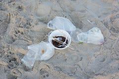 Immondizia su una spiaggia lasciata concetto dell'inquinamento ambientale Fotografie Stock
