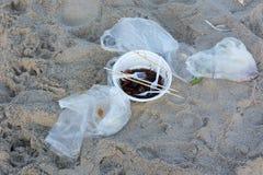 Immondizia su una spiaggia lasciata concetto dell'inquinamento ambientale Immagine Stock Libera da Diritti
