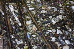Immondizia sul fiume Fotografia Stock Libera da Diritti