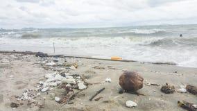 Immondizia sulla spiaggia Fotografie Stock Libere da Diritti
