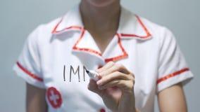 IMMUNITÄT, Ärztinschreiben auf transparentem Schirm stock footage
