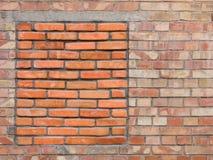 Immured-bricked-up Fenster auf einer alten Backsteinmauer Stockfoto