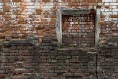 Immured-Fenster auf eine alte Backsteinmauer. Abstrakter Hintergrund. Stockbild