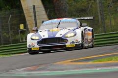 Imola, Italië 13 Mei, 2016: Aston Martin V8 Voordeel, gedreven door Andrew Howard GBR, Darren Turner GBR bij IEPENronde van Imola Stock Foto's