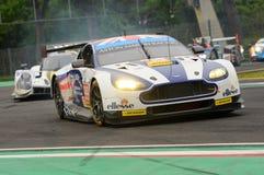 Imola Italien Maj 13, 2016: Aston Martin V8 fördel som är drivande vid Andrew Howard GBR, Darren Turner GBR på ALMrundan av Imola Royaltyfri Fotografi