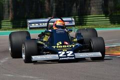 Imola, o 27 de abril de 2019: 1976 F1 bandeira hist?rica Ronnie Kessel ex conduzido por Alex Caffi na a??o durante o dia hist?ric imagem de stock