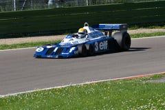 Imola, o 27 de abril de 2019: 1976 F1 hist?ricos Tyrrell P34 Ronnie Peterson ex conduzido por Pierluigi Martini na a??o imagens de stock