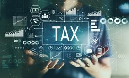Impôt avec le jeune homme images stock