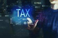 Impôt avec le jeune homme photographie stock libre de droits