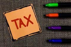 Impôt des textes d'écriture de Word Le concept d'affaires pour le paiement obligatoire des impôts par des personnes au gouverneme Photographie stock libre de droits