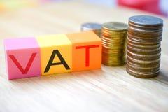 Impôts croissants - blocs de couleur avec la TVA et les piles d'argent photographie stock libre de droits