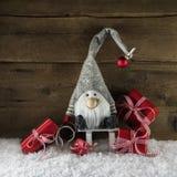 Imp santa con los regalos de Navidad rojos en estilo rural rústico Imagen de archivo
