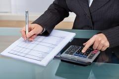 Impôt calculateur de femme d'affaires Photographie stock