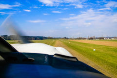 Impôt pour le décollage vu de la fenêtre de carlingue d'habitacle d'avion Photos libres de droits