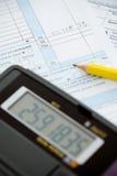 Impôts : Figure du revenu pendant l'année Photographie stock libre de droits