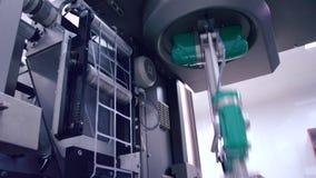 Impacchettatrice farmaceutica che inizia lavoro Processo automatizzato stock footage