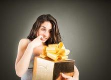 Impaciente abrir un regalo imagen de archivo