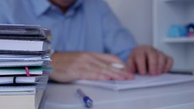 Impacientemente hombre de negocios hacer gestos agitados con los fingeres en la superficie del escritorio metrajes