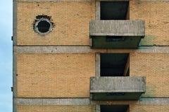 Impact de coquille de réservoir sur le mur de bâtiment images libres de droits