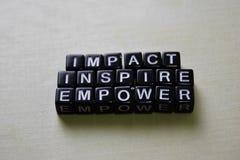 Impact - inspirer - autoriser sur les blocs en bois Concept d'affaires et d'inspiration image stock