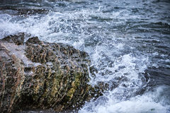 Impact of large waves against rocks Royalty Free Stock Photography