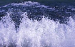 Impacto da onda com espuma Imagem de Stock Royalty Free