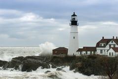 Impacto das ondas ao lado do farol o mais velho em Maine imagens de stock royalty free