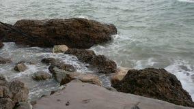 Impacto das ondas do mar contra a rocha vídeos de arquivo