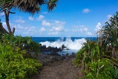 Impacto das ondas na costa áspera da ilha fotografia de stock royalty free