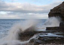 Impacto das ondas nas rochas Fotografia de Stock Royalty Free