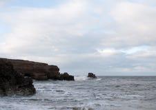 Impacto das ondas nas rochas Fotos de Stock