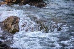 Impacto de grandes ondas contra rochas Fotografia de Stock