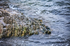 Impacto de grandes ondas contra rochas Fotos de Stock