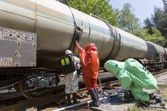 Impacto de trem tóxico da equipe da emergência dos ácidos dos produtos químicos Fotografia de Stock
