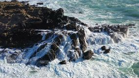 Impactos do Oceano Pacífico em rochas em Califórnia do norte vídeos de arquivo